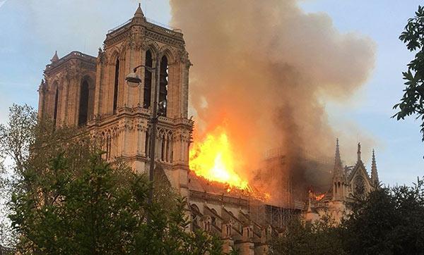 Notre Dame em chamas - Paris 15 de abril de 2019