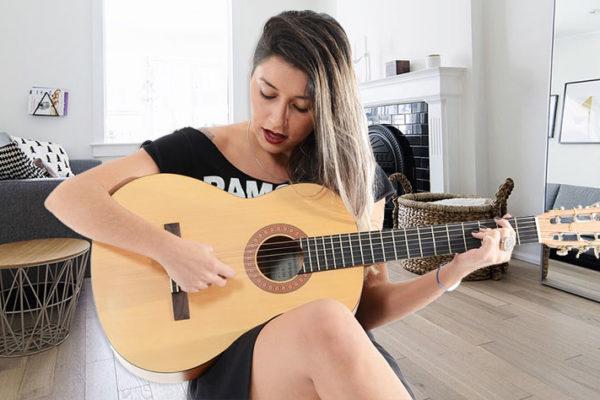 Tocar violão e guitarra